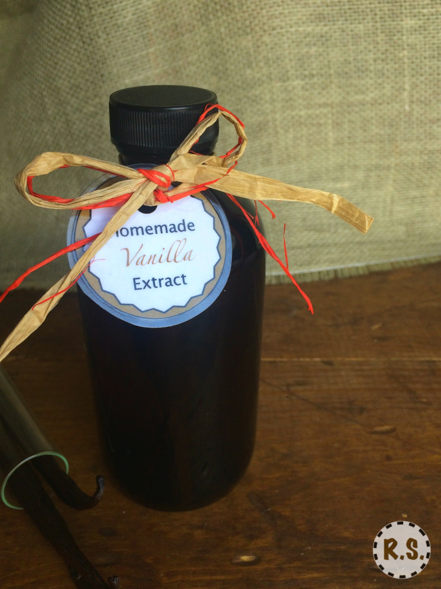 Learn how to make homemade vanilla extract with this easy DIY vanilla extract recipe! Then download my FREE printable labels, tie on with a cute piece of baker's twine and...voila! A beautiful gift.